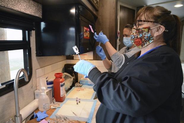Bộ tộc Blackfeet (Mỹ) đẩy lùi Covid-19 nhờ tiêm vaccine cho 98% dân số - Ảnh 2.