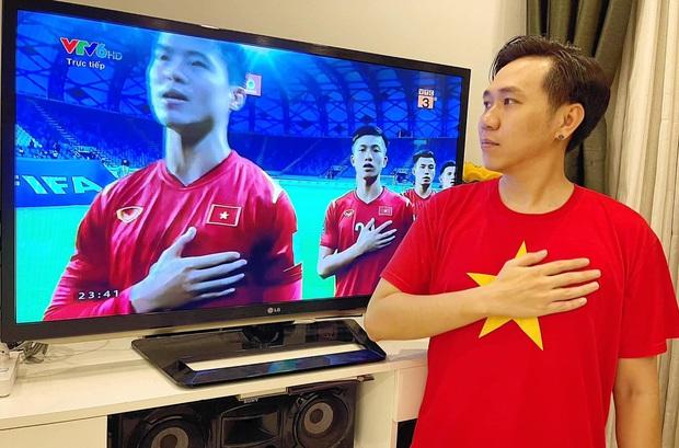 Ăn mừng Việt Nam thắng 4-0 kiểu bố bỉm Ông Cao Thắng: Không có cờ, nhanh tay bế ái nữ lên hô to, nhìn mặt Winnie hớn quá! - Ảnh 4.