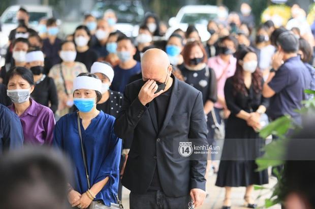2 người chồng cũ Hoa hậu Thu Thuỷ bật khóc nghẹn ngào, con trai và con gái thất thần trong tang lễ của mẹ - Ảnh 9.
