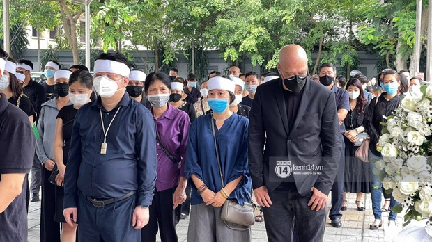 2 người chồng cũ Hoa hậu Thu Thuỷ bật khóc nghẹn ngào, con trai và con gái thất thần trong tang lễ của mẹ - Ảnh 8.