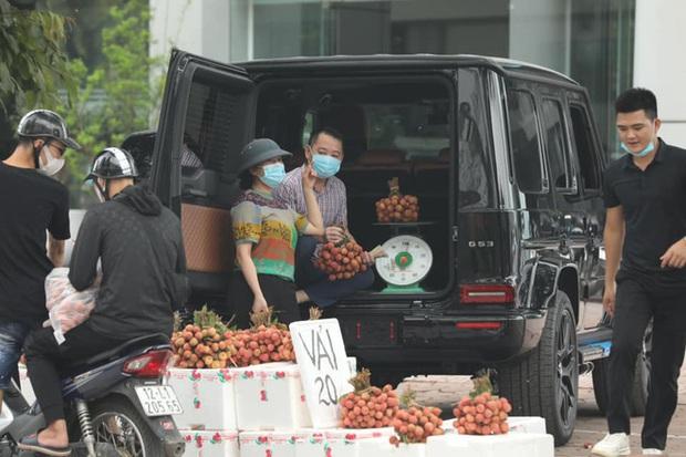 Hình ảnh người đàn ông lái xe Mercedes G63 trị giá 10 tỷ đi bán vải trên phố Hà Nội gây bão MXH - Ảnh 1.