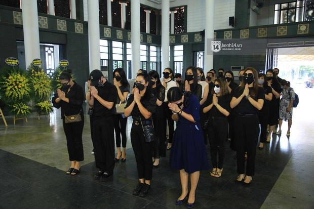 Dàn sao đến tiễn đưa Hoa hậu Thu Thủy: Diễn viên Minh Tiệp bật khóc, Đỗ Mỹ Linh và dàn Hoa hậu cùng nhiều sao Việt nén lòng - Ảnh 10.