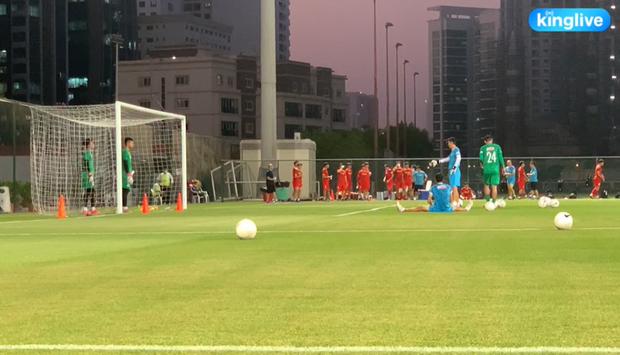 [Trực tiếp từ UAE] Buổi tập đầu tiên của tuyển Việt Nam sau trận gặp Indonesia: Tuấn Anh, Văn Toàn cùng có mặt - Ảnh 1.