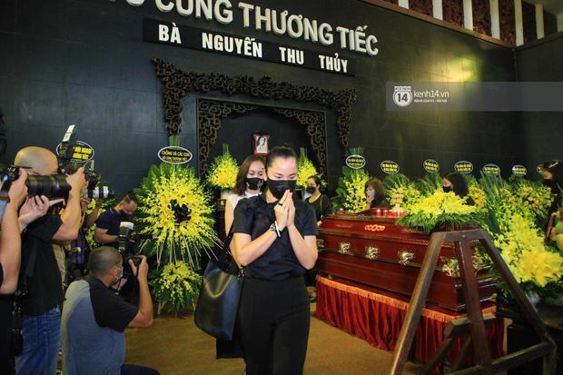 Dàn sao đến tiễn đưa Hoa hậu Thu Thủy: Diễn viên Minh Tiệp bật khóc, Đỗ Mỹ Linh và dàn Hoa hậu cùng nhiều sao Việt nén lòng - Ảnh 12.