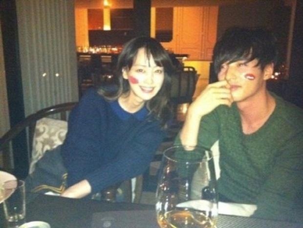 Hot lại ảnh hẹn hò bí mật của Won Bin - Lee Na Young: Vừa ngọt ngào tình tứ, visual lại đỉnh cao khiến Knet phát sốt - Ảnh 2.