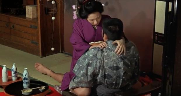 Cảnh nóng thật 100% hại đời nữ chính xứ Nhật: Bị cả nước tẩy chay đến bỏ xứ rồi qua đời, số phận nam chính gây tranh cãi - Ảnh 2.