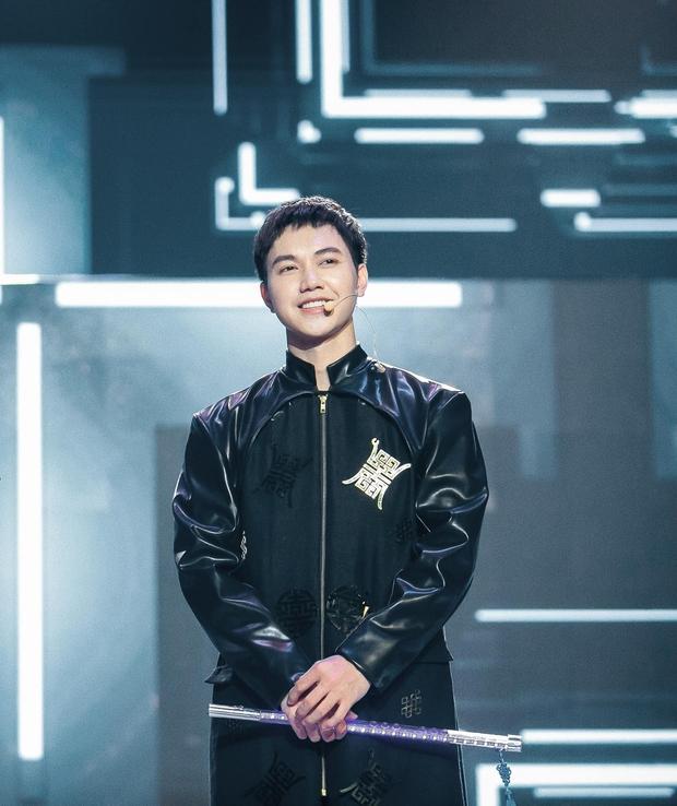 Bên dưới phần dự thi của một nam nghệ sĩ tại The Heroes, netizen tá hỏa hỏi ngược: Ủa giờ mới biết anh là ca sĩ luôn? - Ảnh 2.