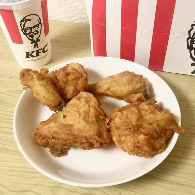Ăn KFC còn thừa đống xương, thanh niên rảnh rỗi thiết kế luôn thành đồ chơi siêu ngầu - Ảnh 1.