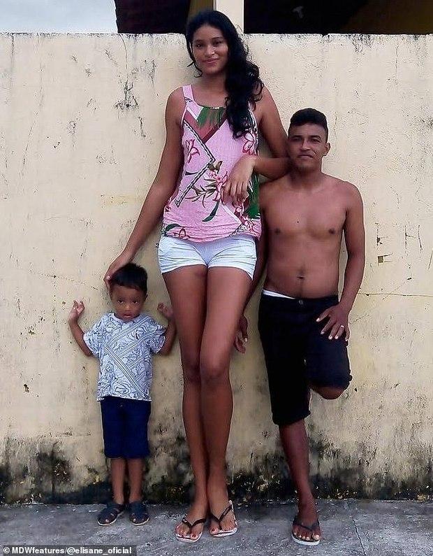 Mẫu nữ khổng lồ 2m1 từng bị dị nghị vì cưới chồng quá thấp bé, cuộc sống hiện tại và chiều cao của con trai 3 tuổi đặc biệt gây chú ý - Ảnh 5.