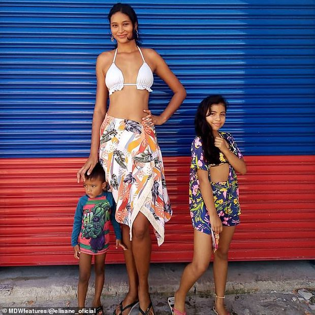Mẫu nữ khổng lồ 2m1 từng bị dị nghị vì cưới chồng quá thấp bé, cuộc sống hiện tại và chiều cao của con trai 3 tuổi đặc biệt gây chú ý - Ảnh 6.