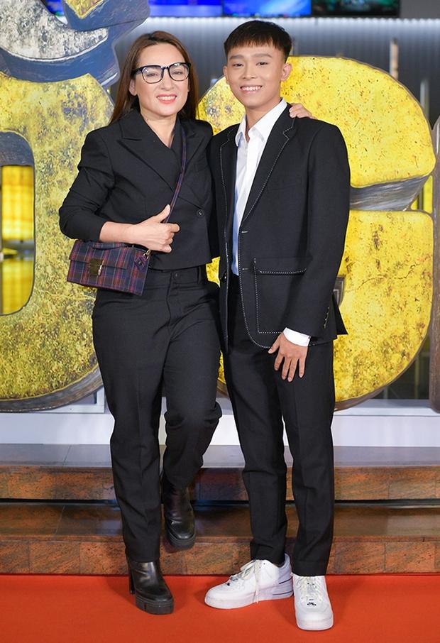 Hồ Văn Cường và Phi Nhung hiện đang cùng có mặt tại cơ quan công an trình báo sau vụ lùm xùm bị lộ tin nhắn gây sốc - Ảnh 2.