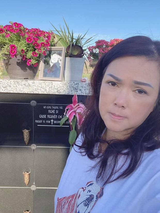 6 tháng sau cố NS Chí Tài qua đời, ca sĩ Phương Loan đến thăm mộ chồng và tâm sự 1 điều khiến ai cũng xót xa - Ảnh 4.
