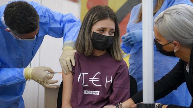 Tiêm hay không tiêm vaccine cho trẻ vị thành niên: Chủ đề gây nhiều tranh cãi ở Pháp - Ảnh 1.