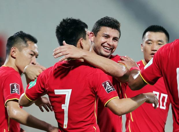 Cầu thủ Trung Quốc được khen là thiên tài sau khi tận dụng việc sân có ít khán giả để tung chiêu cực dị khiến đối thủ bị ức chế - Ảnh 2.