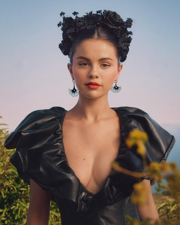 Selena Gomez bất ngờ tăng cân, xuất hiện với mặt tròn cằm nọng, nhan sắc còn bị cách trang điểm dìm không thương tiếc - Ảnh 8.