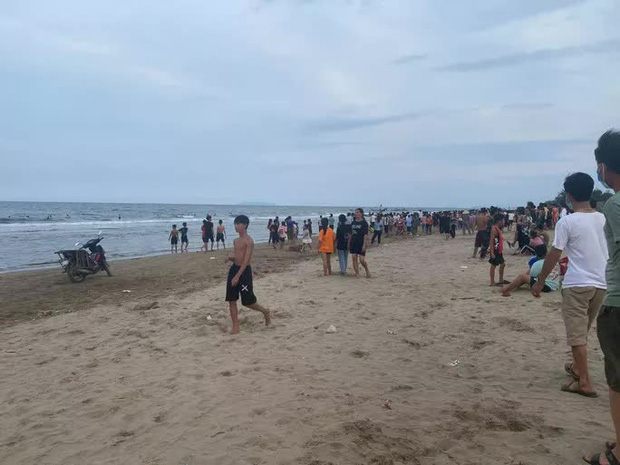 5 em nhỏ rủ nhau tắm biển, 3 em c h ế t đuối và m ấ t t í c h - Ảnh 1.
