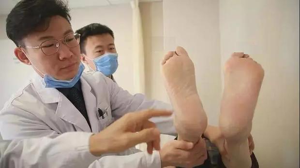 3 thay đổi ở bàn chân cho thấy gan của bạn đang bị tổn thương, cần đi khám càng sớm càng tốt nếu không muốn gan bị bức tử - Ảnh 4.