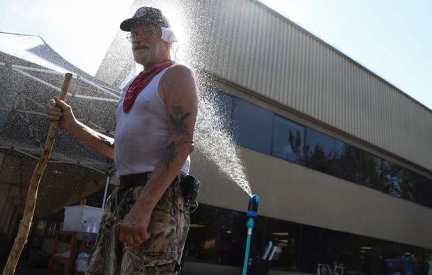 Chùm ảnh nắng nóng lè lưỡi tại Mỹ hôm nay, bà con cứ thấy chỗ nào có nước là nhảy ùm xuống cho mát - Ảnh 12.