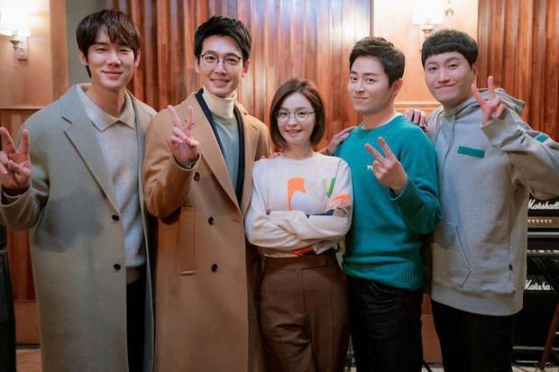 6 hội bạn cực phẩm ở phim Hàn: Đội F5 Hospital Playlist gây mê khán giả, Song Joong Ki dẫn đầu rạp xiếc trung ương - Ảnh 1.