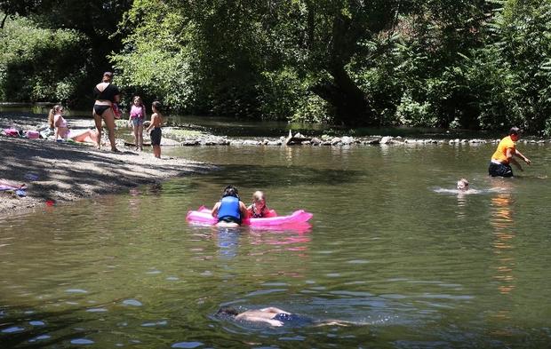 Chùm ảnh nắng nóng lè lưỡi tại Mỹ hôm nay, bà con cứ thấy chỗ nào có nước là nhảy ùm xuống cho mát - Ảnh 8.