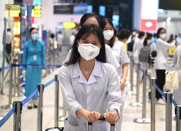 Hơn 300 cán bộ, sinh viên Hải Dương cấp tốc lên đường chi viện TP.HCM chống dịch - Ảnh 9.