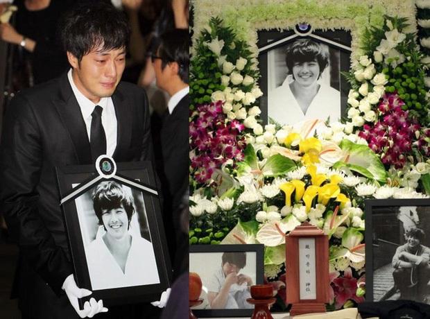 11 năm ngày tài tử Bản Tình Ca Mùa Đông qua đời: Bạn thân So Ji Sub viếng mộ với lời trách cứ xót xa, Jaejoong tiếc nuối đàn anh suốt cả cuộc đời - Ảnh 4.