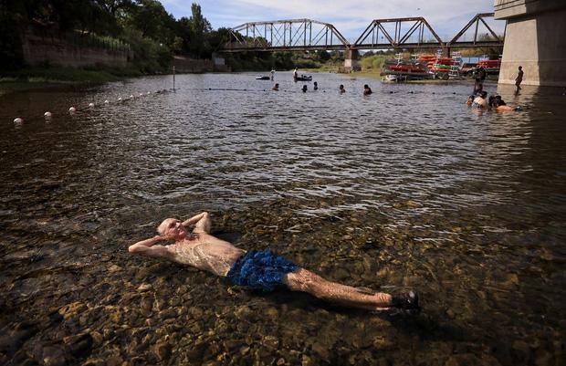 Chùm ảnh nắng nóng lè lưỡi tại Mỹ hôm nay, bà con cứ thấy chỗ nào có nước là nhảy ùm xuống cho mát - Ảnh 6.