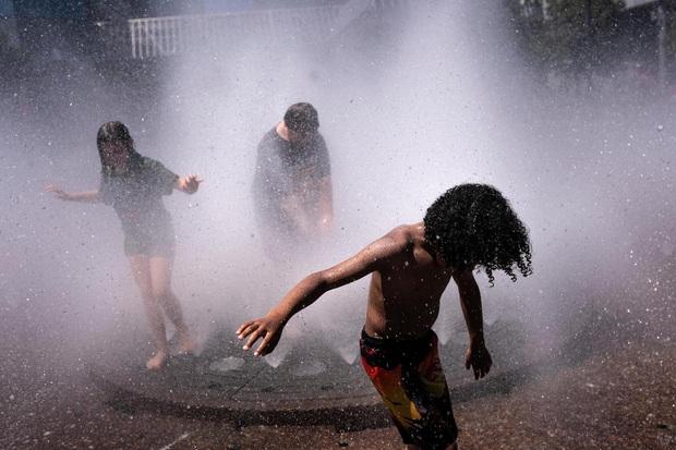 Chùm ảnh nắng nóng lè lưỡi tại Mỹ hôm nay, bà con cứ thấy chỗ nào có nước là nhảy ùm xuống cho mát - Ảnh 7.