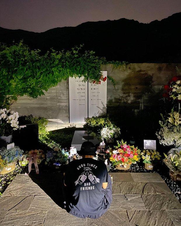 11 năm ngày tài tử Bản Tình Ca Mùa Đông qua đời: Bạn thân So Ji Sub viếng mộ với lời trách cứ xót xa, Jaejoong tiếc nuối đàn anh suốt cả cuộc đời - Ảnh 2.