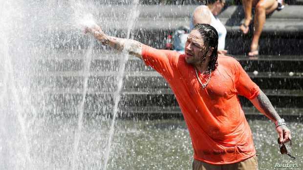 Chùm ảnh nắng nóng lè lưỡi tại Mỹ hôm nay, bà con cứ thấy chỗ nào có nước là nhảy ùm xuống cho mát - Ảnh 1.