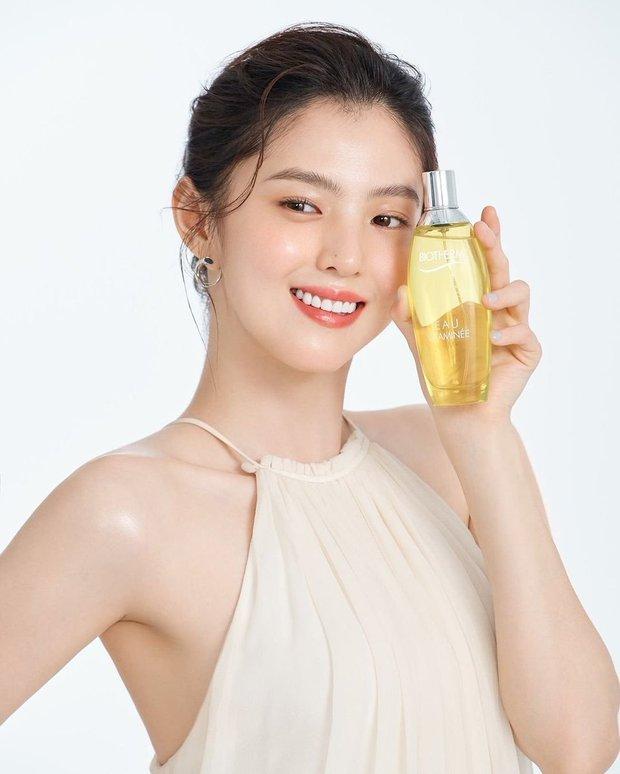 Đụng nguyên combo đầu tóc quần áo với nhau, Han So Hee liệu có cửa thắng Song Hye Kyo? - Ảnh 2.