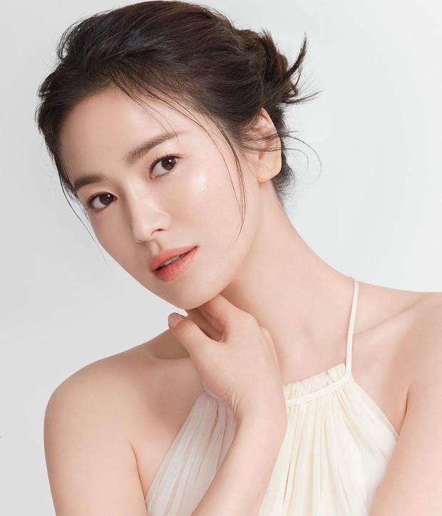 Đụng nguyên combo đầu tóc quần áo với nhau, Han So Hee liệu có cửa thắng Song Hye Kyo? - Ảnh 3.