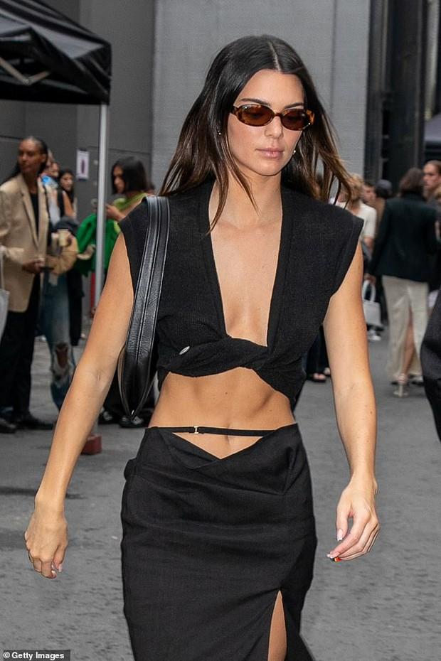 Màn dạo phố nhức mắt: Bella Hadid mặc áo như sắp đứt để thả rông, Kendall hở bạo nhưng vòng eo tạc tượng mới gây chú ý - Ảnh 2.