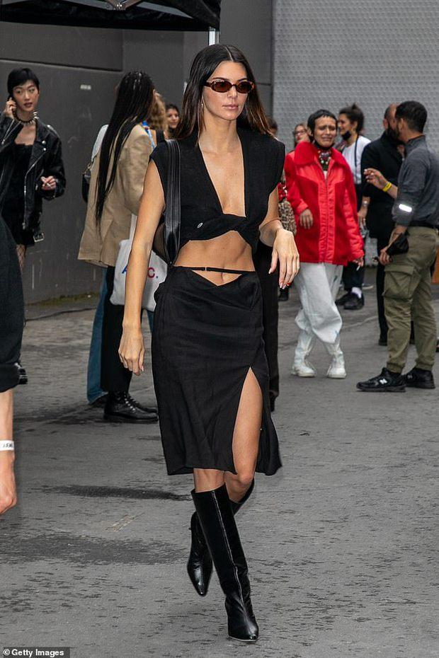 Màn dạo phố nhức mắt: Bella Hadid mặc áo như sắp đứt để thả rông, Kendall hở bạo nhưng vòng eo tạc tượng mới gây chú ý - Ảnh 3.