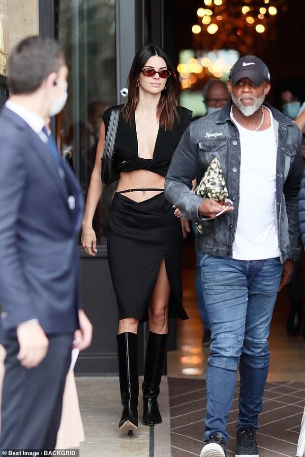 Màn dạo phố nhức mắt: Bella Hadid mặc áo như sắp đứt để thả rông, Kendall hở bạo nhưng vòng eo tạc tượng mới gây chú ý - Ảnh 4.