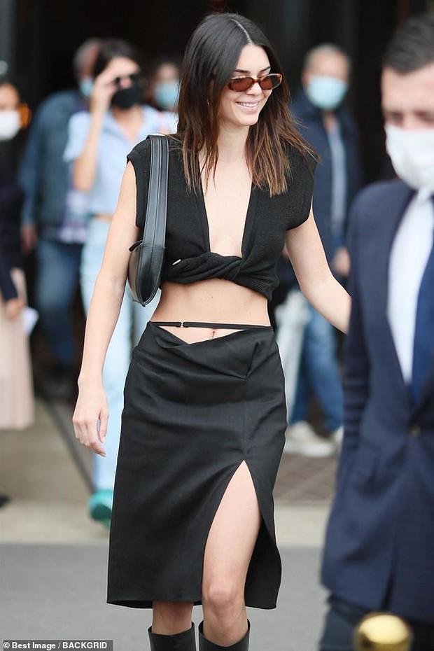 Màn dạo phố nhức mắt: Bella Hadid mặc áo như sắp đứt để thả rông, Kendall hở bạo nhưng vòng eo tạc tượng mới gây chú ý - Ảnh 5.