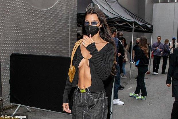 Màn dạo phố nhức mắt: Bella Hadid mặc áo như sắp đứt để thả rông, Kendall hở bạo nhưng vòng eo tạc tượng mới gây chú ý - Ảnh 7.