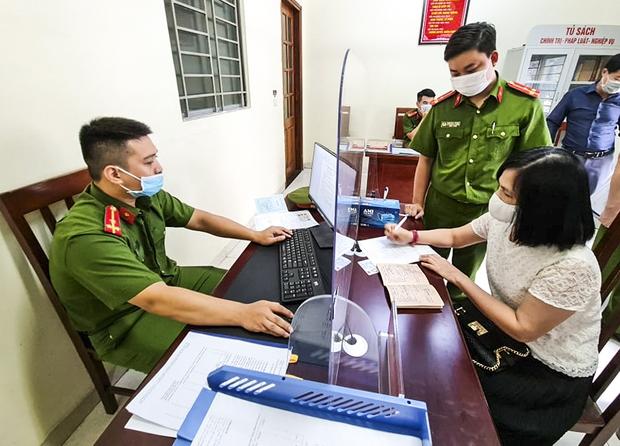 Hôm nay, người dân Hà Nội phấn khởi khi đi tách khẩu chỉ mất 5 phút - Ảnh 9.