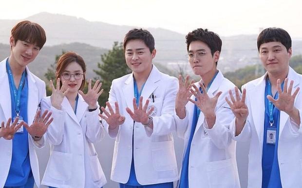 6 hội bạn cực phẩm ở phim Hàn: Đội F5 Hospital Playlist gây mê khán giả, Song Joong Ki dẫn đầu rạp xiếc trung ương - Ảnh 2.