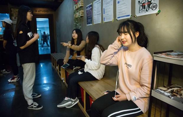 Khi những lò đào tạo Idol thay thế trường tiểu học ở Hàn Quốc: Tôi muốn thấy con trai trở thành một ngôi sao Kpop - Ảnh 1.