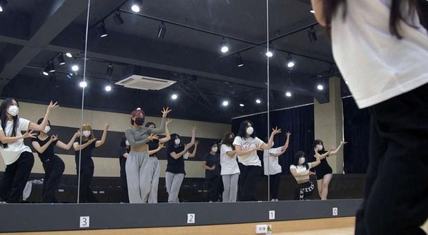 Khi những lò đào tạo Idol thay thế trường tiểu học ở Hàn Quốc: Tôi muốn thấy con trai trở thành một ngôi sao Kpop - Ảnh 2.