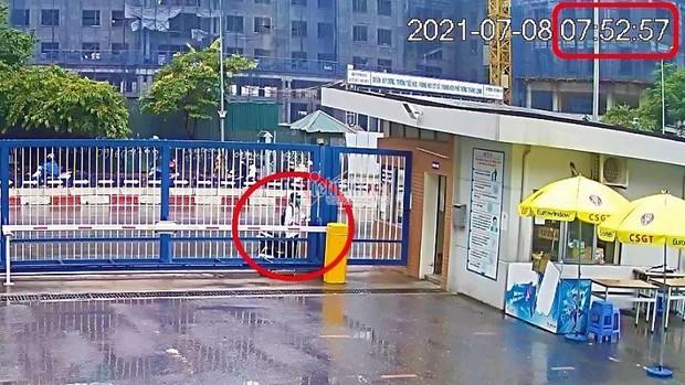 Vụ nam sinh Hà Nội đi thi muộn, khóc thảm thiết trước cổng trường: Trích xuất camera xác định được thời gian đến trường - Ảnh 1.