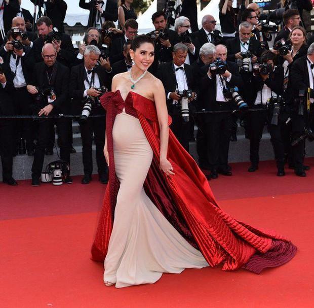 2 nữ thần châu Á đẹp nhất lịch sử Cannes: Phạm Băng Băng chặt chém 1001 váy áo khủng, Chompoo Araya bụng bầu vẫn đẹp lồng lộn - Ảnh 22.