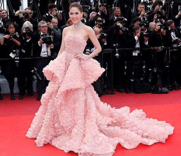 2 nữ thần châu Á đẹp nhất lịch sử Cannes: Phạm Băng Băng chặt chém 1001 váy áo khủng, Chompoo Araya bụng bầu vẫn đẹp lồng lộn - Ảnh 20.
