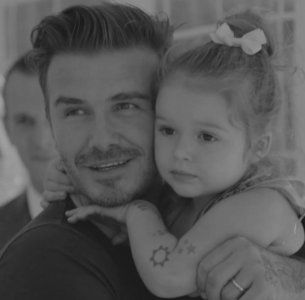 Cả nhà Beckham gây nổ MXH với màn chúc sinh nhật Harper: David đúng nghiện con, 3 cậu ấm và 2 con dâu tương lai gây chú ý - Ảnh 2.
