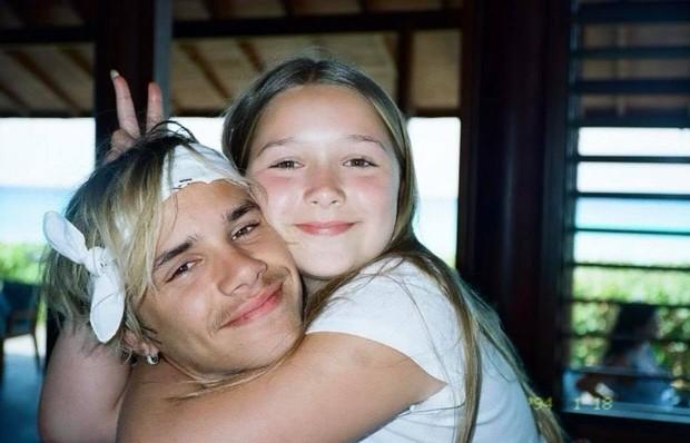 Cả nhà Beckham gây nổ MXH với màn chúc sinh nhật Harper: David đúng nghiện con, 3 cậu ấm và 2 con dâu tương lai gây chú ý - Ảnh 4.