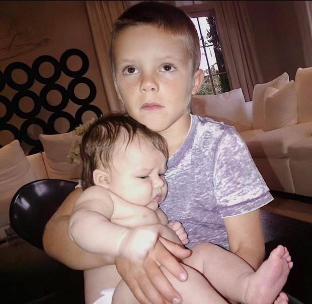 Cả nhà Beckham gây nổ MXH với màn chúc sinh nhật Harper: David đúng nghiện con, 3 cậu ấm và 2 con dâu tương lai gây chú ý - Ảnh 9.