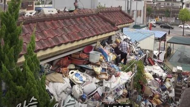 Cụ già tích trữ... 150 tấn rác làm của để dành cho con trai vì sợ sau khi qua đời không ai chăm sóc anh - Ảnh 2.