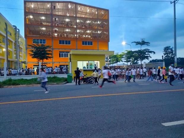 Clip: Hàng trăm công nhân xô đổ rào chắn, tháo chạy khỏi công ty ở Bình Dương khi nghe tin 1 đồng nghiệp dương tính SARS-CoV-2 - Ảnh 3.