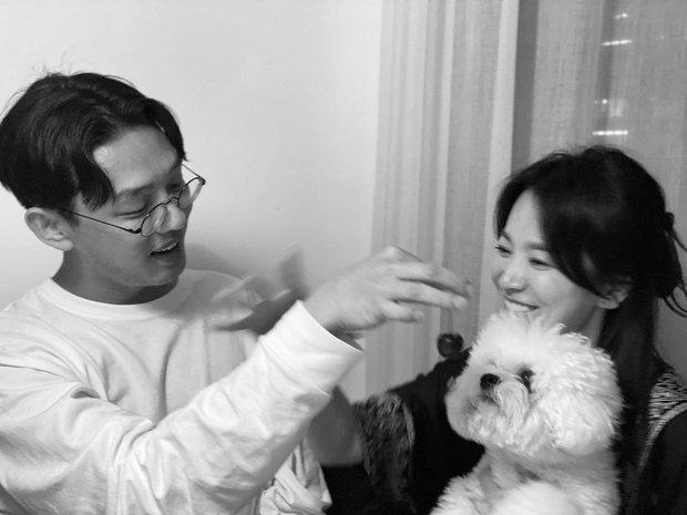 Song Hye Kyo hạnh phúc bên trai trẻ cùng cún cưng như 1 gia đình, trả đũa Song Joong Ki và tình tin đồn mới hay gì? - Ảnh 2.